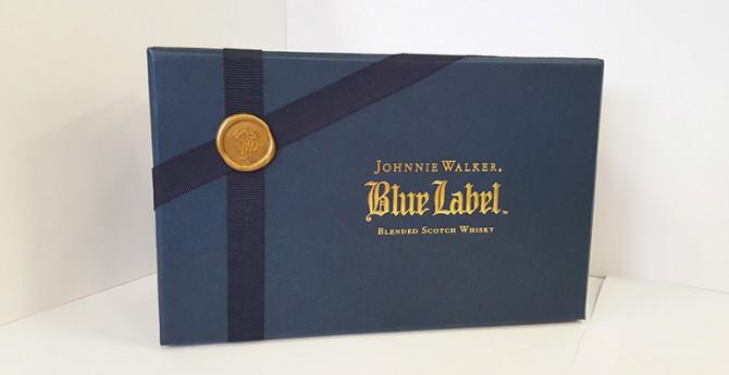 Un écrin «Blue» accueillant deux verres à dégustation